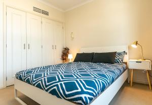 A bed or beds in a room at OD08-Prime Location Stylish Apt in Darling Habour