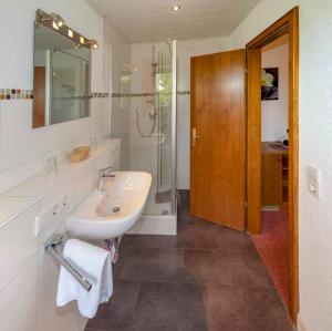 A bathroom at Pension Panoramablick