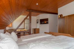 A bed or beds in a room at Pension Panoramablick