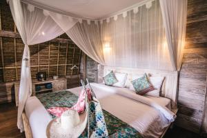 A bed or beds in a room at Dream Beach Huts