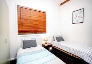 A bed or beds in a room at OAKS621-Historic Landmark Building in Pyrmont
