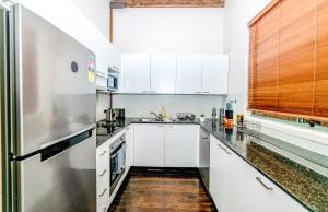 A kitchen or kitchenette at OAKS621-Historic Landmark Building in Pyrmont