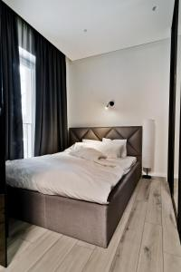 A bed or beds in a room at City Center loft