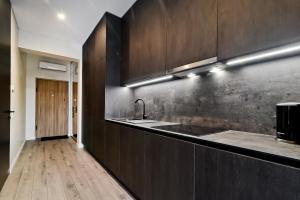 A kitchen or kitchenette at City Center loft