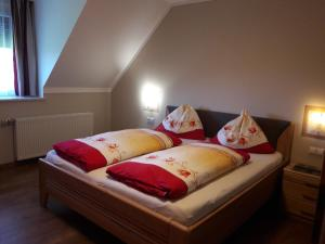 A bed or beds in a room at Landhaus Dampf