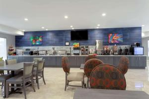 A restaurant or other place to eat at Hawthorn Suites by Wyndham Kissimmee Gateway