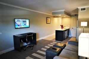 A television and/or entertainment centre at Hawthorn Suites by Wyndham Kissimmee Gateway