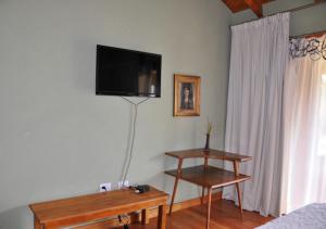 Una televisión o centro de entretenimiento en Hosteria Ruca Kitai