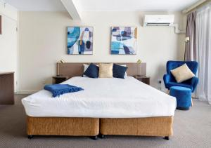A bed or beds in a room at The Metropolitan Spring Hill