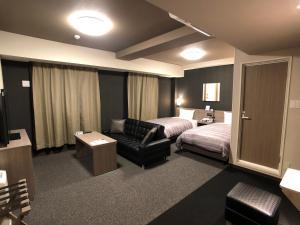 A seating area at Hotel Route-Inn Koga Ekimae