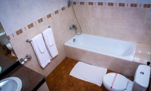 "A bathroom at HOTEL LAKEFIELD ""Excellence"""