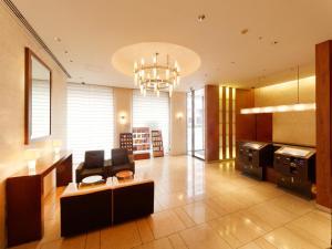 A seating area at Hotel Keihan Tokyo Yotsuya