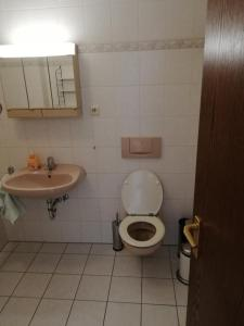 Ein Badezimmer in der Unterkunft Hotel Ideal