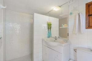 A bathroom at Villa Can Torres