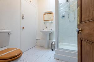 A bathroom at Abertay Guest House