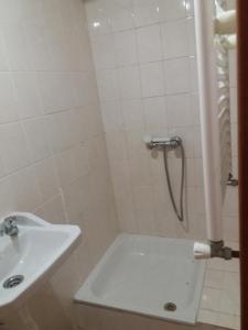 A bathroom at Hotel gite cantinho davo