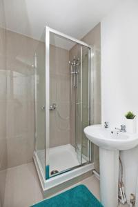 A bathroom at Dagenham 4 Bedhouse RM10