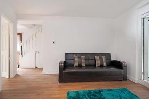 A seating area at Dagenham 4 Bedhouse RM10