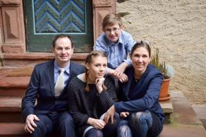 Eine Familie, die in der Unterkunft Restaurant & ****Hotel HÖERHOF übernachtet