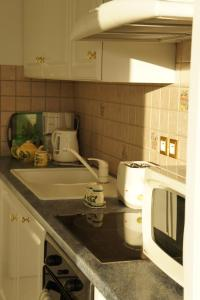 A kitchen or kitchenette at Moresby Apartment