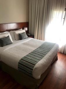 Una cama o camas en una habitación de Howard Johnson Resort & Spa Escobar