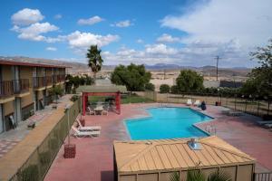 Vista sulla piscina di California Inn Barstow o su una piscina nei dintorni