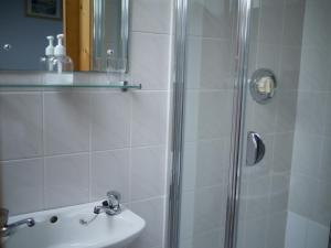 A bathroom at The Dingle Pub B&B