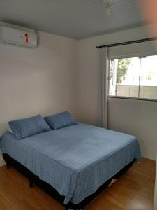 A bed or beds in a room at Quitinete Balneário