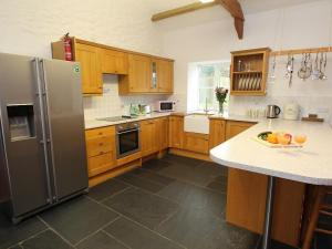 A kitchen or kitchenette at Bowjy, Truro
