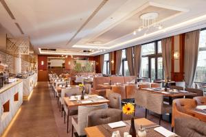 A restaurant or other place to eat at Hyperion Hotel Berlin
