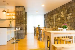 A restaurant or other place to eat at Casa dos Caldeiras