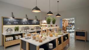 Reštaurácia alebo iné gastronomické zariadenie v ubytovaní Hotel Metropol