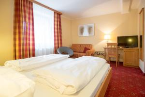 A bed or beds in a room at Wirtshaus Restaurant Pension Steirerland