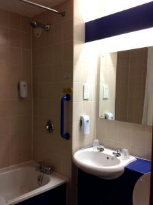 A bathroom at Days Inn Magor