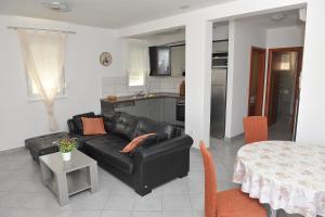 A seating area at Apartments Martina