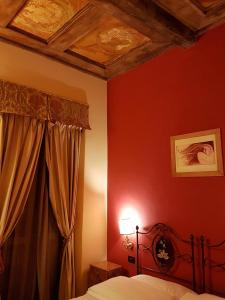 A bed or beds in a room at Albergo delle Drapperie