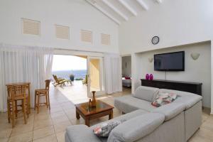 Uma área de estar em Villa zeezicht Curacao