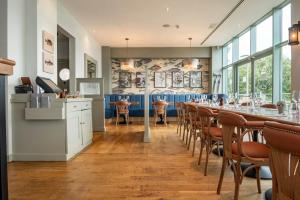 A restaurant or other place to eat at De Vere Cotswold Water Park