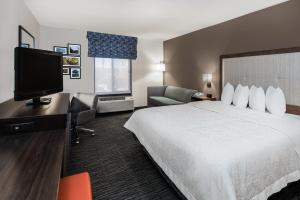 A television and/or entertainment centre at Hampton Inn & Suites San Marcos