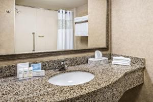 A bathroom at Hampton Inn & Suites San Marcos