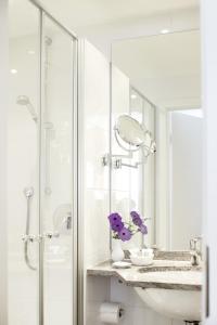 A bathroom at Hotel Burgmeier