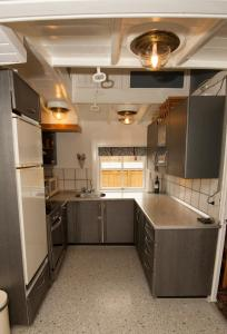 A kitchen or kitchenette at Lisbeth & Johannes Holiday House