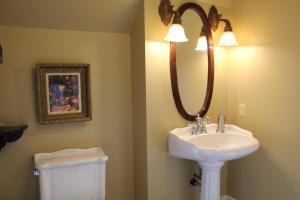 A bathroom at Lynwood Inn