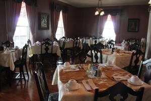 A restaurant or other place to eat at Lynwood Inn