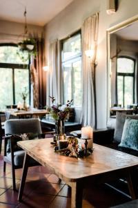 """Ein Restaurant oder anderes Speiselokal in der Unterkunft Sommer's """"Schöne Aussicht"""" Restaurant & Suiten"""