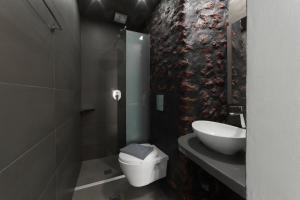 Ванная комната в Amoudi Villas