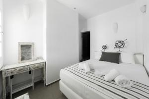 Кровать или кровати в номере Amoudi Villas
