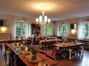 Ein Restaurant oder anderes Speiselokal in der Unterkunft Bungalows Zur Alten Fähre