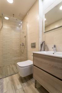 A bathroom at Apartment Downtown Radnoti14