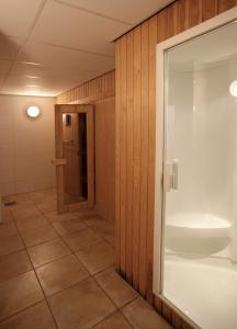 A bathroom at ZeeWind 112 Duinkersoord
